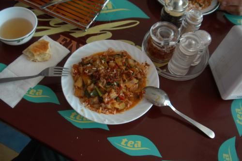 ラグマンのライスバージョン。ラグマンはスープっぽいが麺ではなくそれをライスにかけたラグマン。これはこれで美味しい。