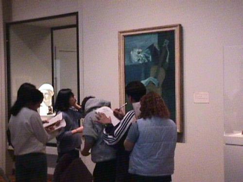 ◎シカゴ美術館<br /><br /> アメリカ三大美術館のひとつで、入場料は大人8ドル。印象派の作品が多く、ゴッホ、セザンヌ、ルノアール、どの壁を見わたしても聞き覚えのあるビッグネームばかりで、正直ありがたみが薄れます(笑) 印象に残ったのはレンブラントやターナーといった古めの時代の絵画。そしてティファニーの銀器や中世の甲冑群、ウォーホールの『毛沢東』やイームズの家具など、まったくもって脈絡がありません。<br /><br /> ちなみに左の写真はピカソの『老いたるギター弾き』の前で、友達の背中を机がわりにメモを取るハイスクールの集団。