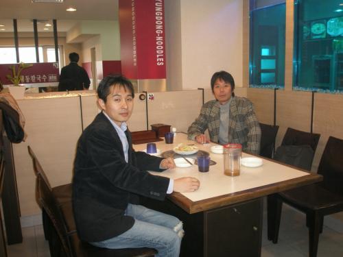 食事や飲み物が出るまで15分ほどかかりました。<br /><br />富山県より参加のSさん(右)<br /><br />のどが渇きましたよね〜、もう少しですから我慢してくださいね〜