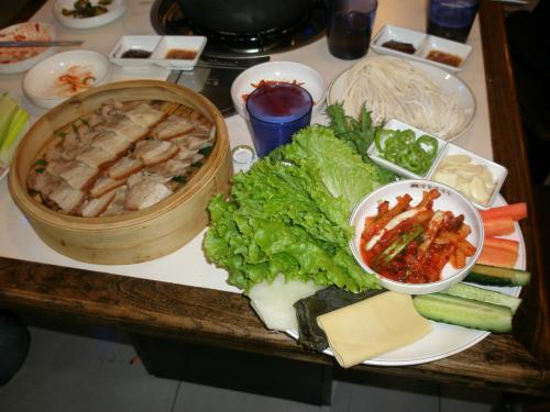 """料理は韓国料理<br /><br />明洞泡菜包肉""""ポッサム""""<br /><br />司会のIさんお勧めの料理です。"""