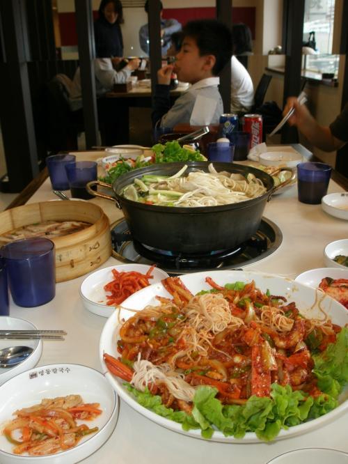 手前 明洞炒章魚 <br /><br />※たこを使った辛めの料理です。皆さん苦手でしたかねえ?