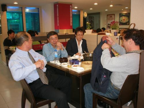 その後、懇親会は1時間ほど続き<br /><br />会員の方の中には白酒を注文して飲んでいる方もいらっしゃいました。←K先生はすでに中国の方です(笑)<br /><br />注)この写真には写っていません。