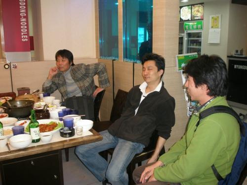 14:15 懇親会終了。<br /><br />みなさんお疲れ様でした。<br /><br />北海亭の徳山さん(写真中央)はなぜかものすごく疲れてました。どうしたの〜