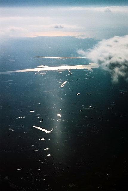 飛び立ってすぐの三河湾である。<br />海が赤いのである。