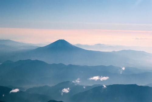 富士山の登場である。<br />しばらくは、刻々と姿を変える富士山でも眺める事としよう...<br />勿論、こちらは山梨側である。<br />この時間帯ではデジタルカメラもOKであるが、そのままフィルムで撮ることとした。