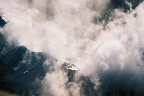 ふと、下を見ると結構険しい山脈が続いているのである。