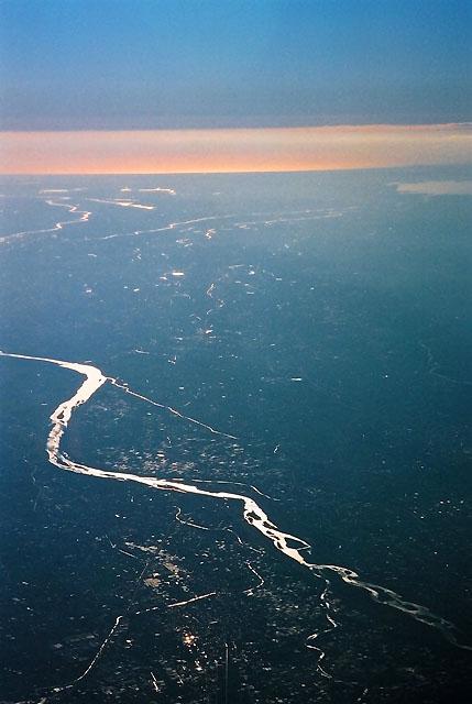 富士山領域は終わった。<br />利根川だろうか...<br />あとは着陸を待つのみである。