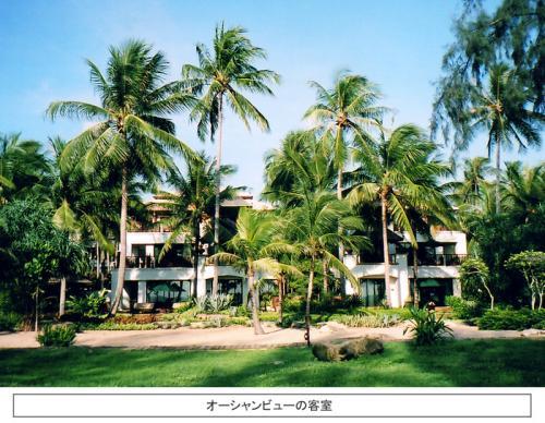 できればオーシャンフロントの客室に泊まりたい。グリーンの芝生、背の高いヤシの木、白いビーチに青い海、これらが客室から一望のもとに楽しめる。 <br />