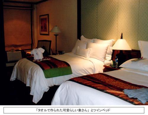 私の宿泊した部屋はホテルのカテゴリーの中では一番低い「サラ・ガーデンルーム」であった。それでも客室の広さは47?ある。綺麗にまとめられたツインベッドの上には「タオルで作られた象さん」がちょこんと座っており、妻が大感激していた。 <br />