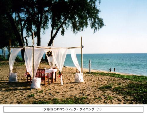 夕暮れ時、ビーチに突然ダイニングテーブルがセットされる。「ロマンティック・ダイニング」である。夕日を眺めながら、二人だけの至福のディナータイムが始まる。周りには誰もいない。ホテルスタッフが1品ずつ料理を運び、あなた達のために尽くす。ホテルもビーチも、世界は二人のためにある! ハネムーナーに是非お勧めである。 <br />