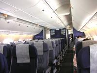 出発。ウズベキスタン航空で、関西空港から首都タシケントへ。機内に乗り込んだ瞬間『おっ』と思わず声にだしてしまった。結構キレイ、いや普通にきれいな機内と座席。(パーソナルじゃないが)スクリーンもある。イリューシンやら旧ソ連系の機体イメージを(ほんとに)勝手に膨らましていた自分としては軽く驚いた。<br /><br /> 席についてしばらくすると、『本日はウズベキスタン航空のご利用誠にありがとうございます』と非常に流暢でさわやかなウズベキスタン人青年の日本語。おいおい。ロシアの某航空会社で、かろうじて理解できる台本棒読み+感情ゼロの片言の日本語と比べれば、この演説はスタンディングオベーションの一歩手前だ。<br /><br /> 全く普通の航空会社じゃないか。なんでこれがNewsweekの「危ない航空会社ランキング」284社中280位評価?と思っていたら、前方奥で機長&手の空いている客室乗務員が飲み物片手に談笑中・・・。いや、それくらいは許そう。人間リラックスと寛大さは必要だ。ま、とにかく良くも悪くもちょっと安心した。