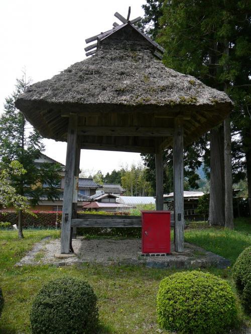 鐘楼だと思いますが、肝心の鐘が・・・<br />ワラ屋根も珍しい