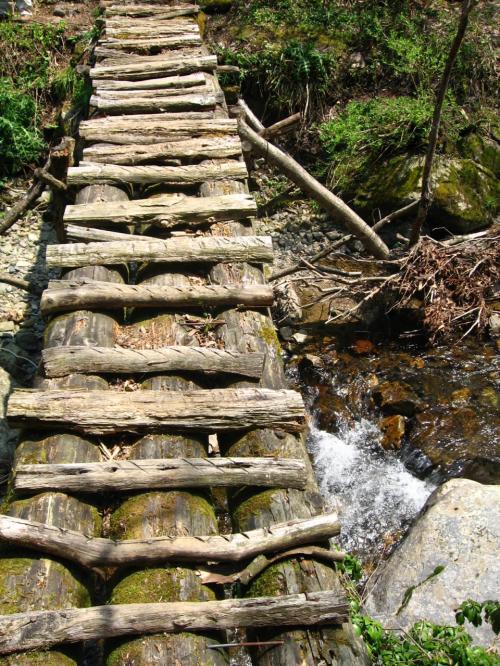 夫婦滝を堪能し<br />明王橋を渡り昼食です。