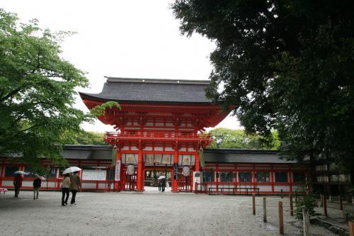 左京区にある下鴨神社に行ってみました。雨が降っていて、そんなに参拝者は多くありませんでした。赤い社殿が大変印象的です。<br />