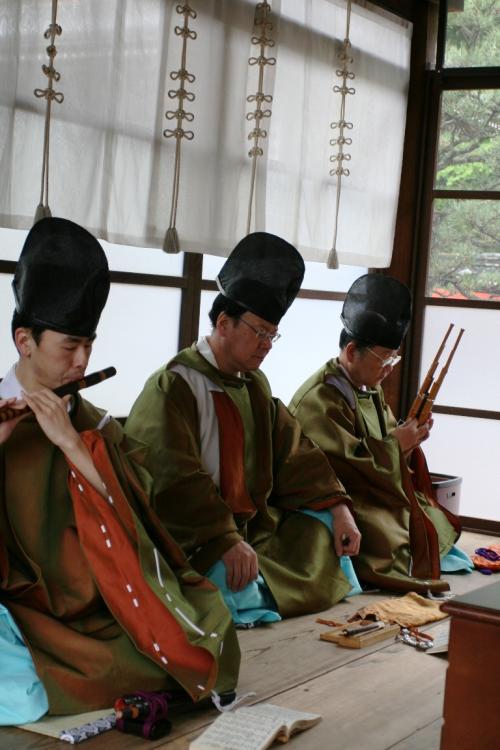 儀式を執り行う傍らでは、雅楽を演奏する宮司の人々がいました。
