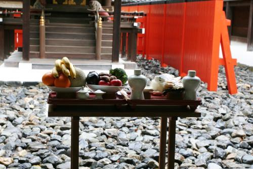 これが神前に供えられた供物です。お神酒や野菜などとともにバナナやメロンもありますが、このような外来の果物も供えるのですね。