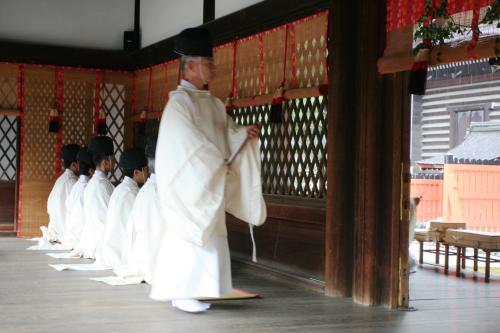 長老格の人が中央祭壇の前に出て何度も立ったり、座わったりしながら、式を執り行っていました。<br />