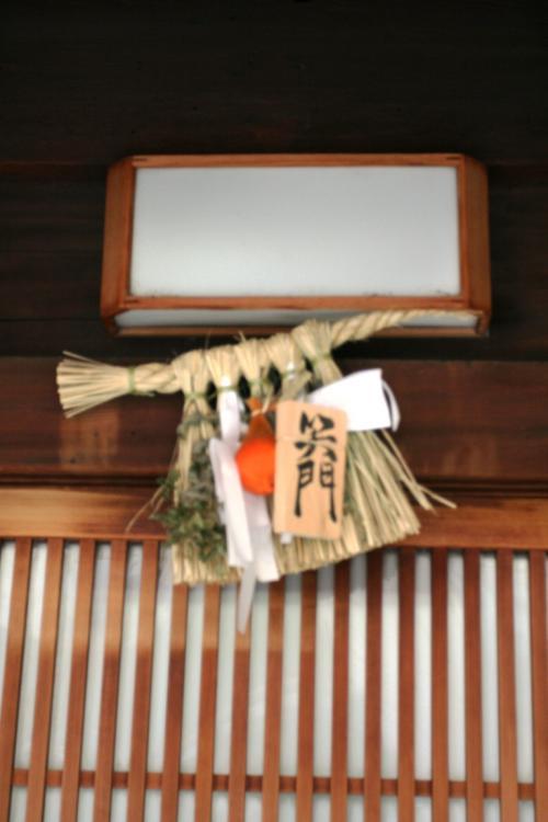 祇園の裏通リを歩いていると、民家の玄関入り口上部にこのような飾りが掲げられているのに気がつきました。