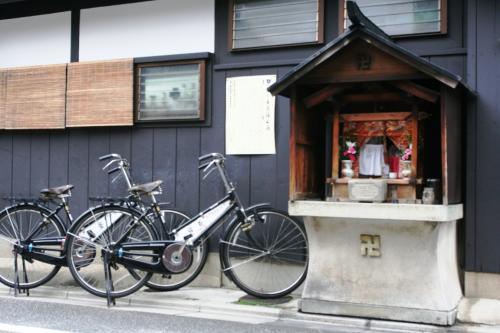 新門前通のある祠の前に何気なく置かれた自転車ですが、日常的な風景の一部になっています。
