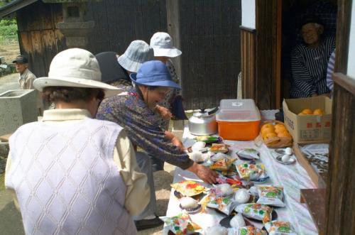 ゆるぎ大師堂(家浦岡)<br />甘夏が美味しそう。<br />お菓子やおにぎりも並ぶ。
