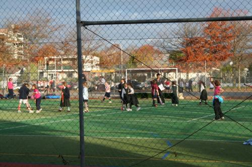 モナヴェイル邸前の公園で<br /><br />スポーツに興じる若者達