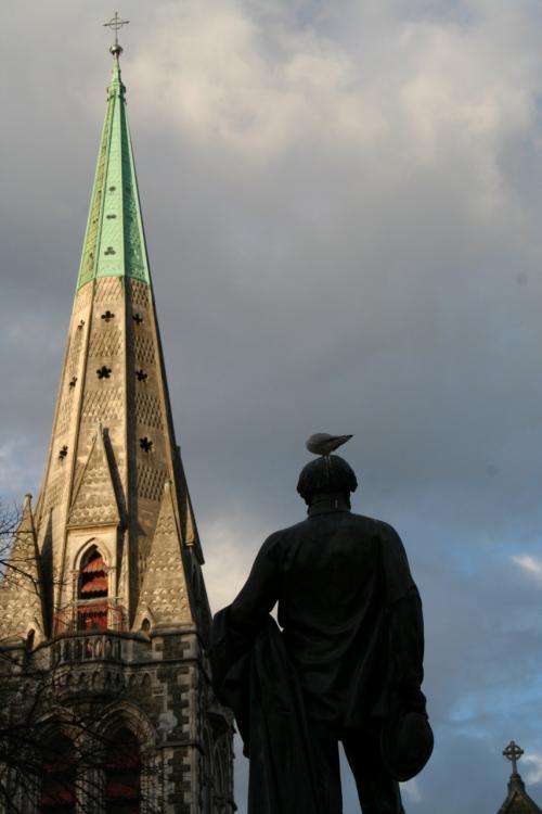 大聖堂前の像の頭に鴎が休息