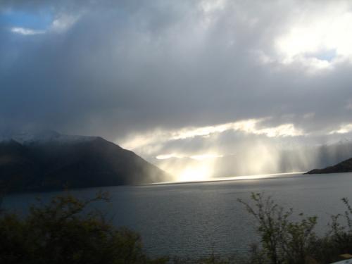 宿泊先のテ・アナウに向かう<br /><br />雲間からヘイズ湖に光差す光景<br />が神秘的でパチリ