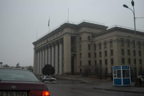 カフェテリアの直ぐ隣がこの由緒あるような建物、元共産党本部だろうか?現在は、英国の大学になっている。
