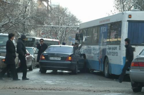 アルマティ市内の事故現場、これで大渋滞。バスとメルセデスの接触。