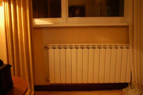 これは私のお気に入りのラジエータ式の暖房器具。どうしてこのスタイルが日本で導入されないのか不思議だ。輻射熱なので快適快適。