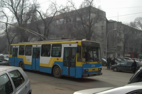 バザール横のトロリーバス、ソ連を感じさせる公共交通だ。