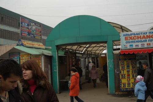 この奥に小さなお店がたくさんテナントとして入居している。