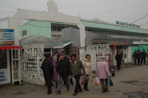 買い物帰り、こちら側はバス停がある。