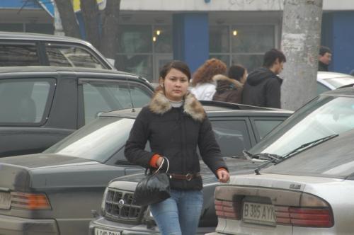 点描1、背景は駐車車両で埋まっている。カザフ人だろう。