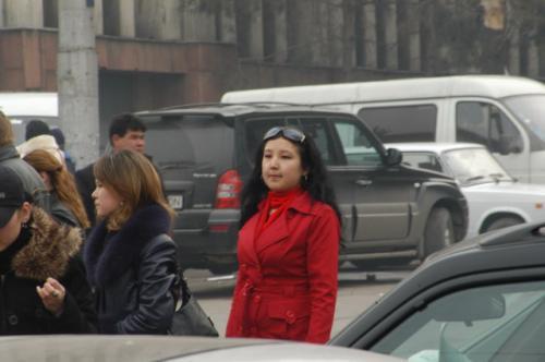 点描2、買い物帰り?のカザフ人女性。