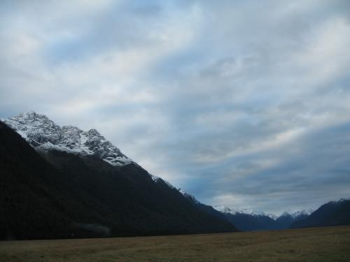 ラッキーな事に良い天気<br /><br />昨日は雨だったとのこと<br />また<br />新雪があり美しい雪山に<br />エグリントン谷 1859m<br /><br />これからの観光に期待が膨らみます。
