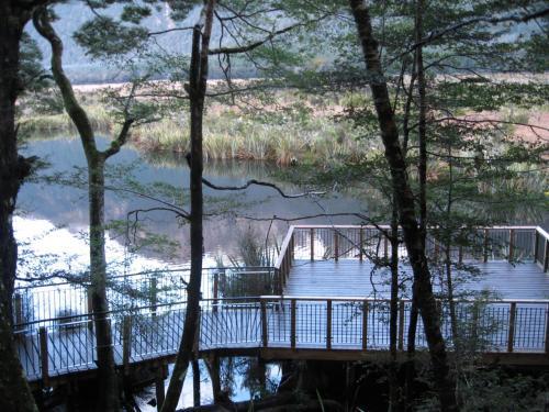 ミラーレイク<br />遊歩道からも鏡のような湖面<br />が見え隠れします。