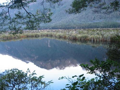鏡のような湖面に映し出される山々