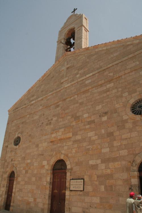 薬を飲んで車の中で休んだら、少し体調が良くなったので、観光しました。<br /><br />まずはモザイクの街・マダバにある「聖ジョージ教会」です。