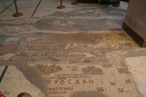 西暦570年頃の「エルサレムと聖地のモザイク地図」です。<br /><br />死海を隔てて、地図の上部はヨルダン、下部はイスラエルです。<br /><br />
