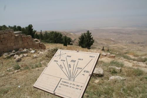 このモニュメントはヨルダン渓谷側に面しており、死海やヨルダン川西岸、エルサレムやベツレヘムの街並みをも臨むことができます。