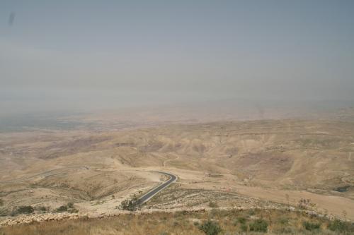 モニュメントの右側から見た景色。<br /><br />何もない、砂漠の荒野です。