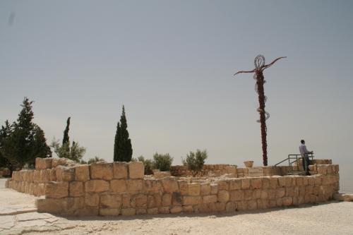 モニュメントが建てられている場所も何かの遺跡跡と思われます。<br /><br />8世紀に大地震があったらしく、その際に崩壊してしまったのでしょう。