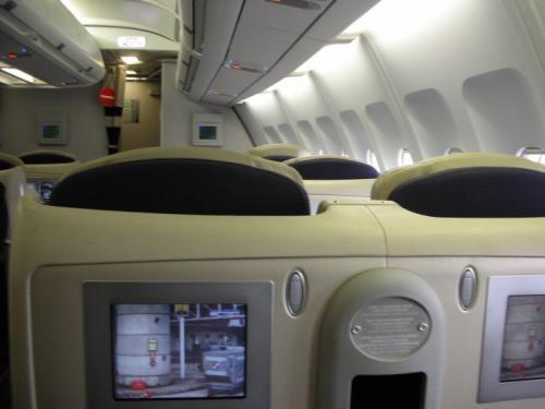 前の席も、通路を挟んだ席にも誰もいない。でも、すぐ後ろはキャビンアテンダントさん達の場所。機内の電気が消えた後も、こちらが「明かりが気になる」とお願いするまでカーテンを閉めてくれなくて気が利かなかった。