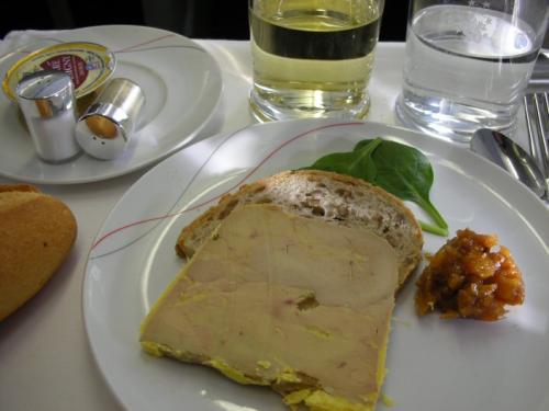 待ちに待った食事!前菜は二種類から選択。<br /><br />☆鴨フォアグラのテリーヌ、アプリコットといちじくのチャツネ<br /><br />☆ゴートチーズトマトケーキ、ルッコラ バルサミコヴィネグレット<br /><br />私はフォアグラをいただきました。フツーツとフォアグラの愛称がこんなによいとは!!!