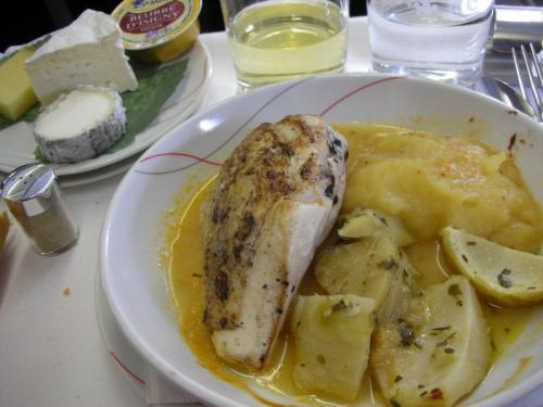 メインは3種類から。<br /><br />☆牛フィレ肉、バター風味のさやいんげん ポテトのグラタン風<br /><br />☆和風スペシャル 舌平目の蟹餡かけ 豆ご飯 味噌汁<br /><br />☆本日の特性料理 鶏肉のフィッシュブロス(鶏肉を焼き、軽いアニス風味の地中海風フィッシュブロスで仕上げました。ハーブの香りのアーティチョーク オレンジ風味のマッシュポテトと共に・・・)<br /><br />迷わず鶏肉をチョイス。牛フィレは前回ベトナムに行った時に頂いてヒジョーに美味なことは知ってるし、パリ発機材で和食は期待できないかなぁ、と。<br /><br />鶏肉は大当たりでした。オレンジ風味のポテトが◎。<br /><br />