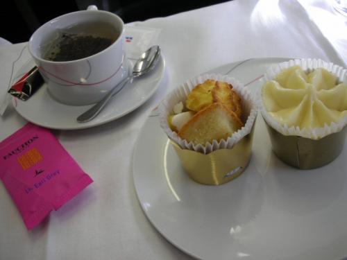 デザートはFAUCHONの紅茶と共に。紅茶は好きなものを選べます。<br /><br />このソルベを見るのも3度目。10年前には機内でソルベなんて、と感動したが、「またか」と思いつつ、ついつい注文してしまうのです。だって、おいしいんだもん。