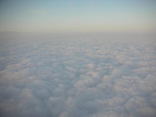 雲の表情は見ていて全く飽きない。<br /><br />無事に成田到着。荷物も優先で真っ先に出てくるので、一番に外に出てとっとと宅配便でスーツケースを送り、身軽になってNEXに乗り込みました。