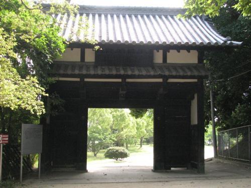 名島門<br /><br />現在では舞鶴中学校の門になっている