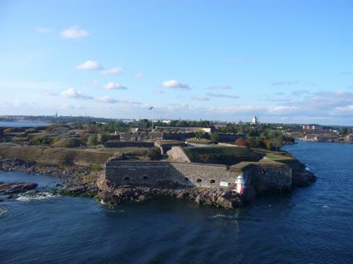 出港直後に見えるスオメンリンナ要塞。<br />世界遺産です。対ロシア向け要塞でした。<br />細かい説明は他の方の旅行記に譲りましょう。<br />この高さから見下ろすのもシリヤラインならでは。
